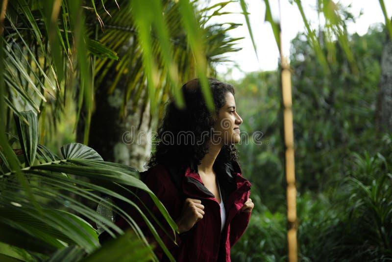 région sauvage l'explorant de randonneur féminin photo libre de droits