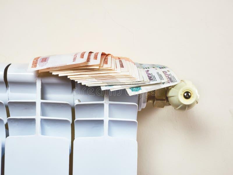 Réglage de radiateur pour économiser l'énergie Sauvegardez l'énergie et le concept d'argent image libre de droits