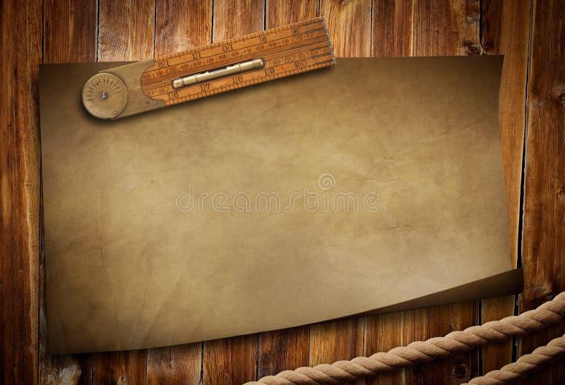 Régua e corda de papel velhas na tabela de madeira fotos de stock