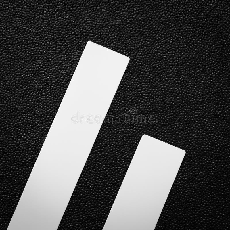 Régua plástica branca no fundo escuro Objeto vazio para o projeto fotos de stock