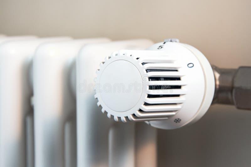 Régulateur en plastique blanc de la température sur une batterie en métal image libre de droits