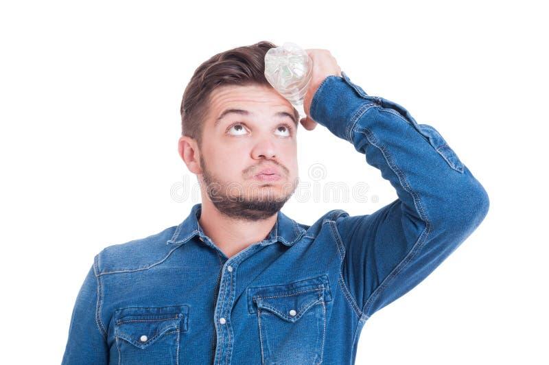 Régulation thermique des travailleurs sa tête avec la bouteille d'eau froide image libre de droits