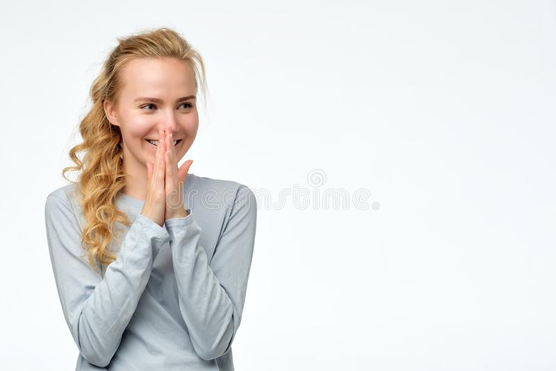 Réjouissance de femme au cadeau positif de nouvelles ou d'anniversaire, regardant de côté avec le sourire photos stock