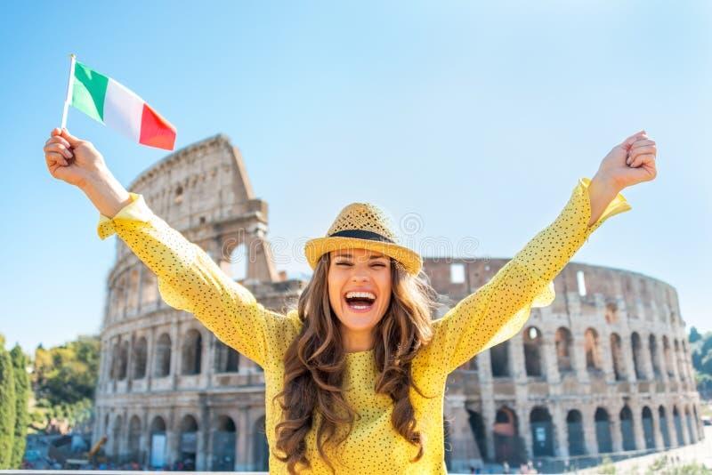 Réjouissance de femme avec le drapeau italien à Rome images stock