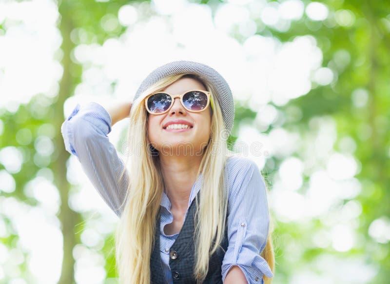 Réjouissance heureuse de fille de hippie en parc photo libre de droits
