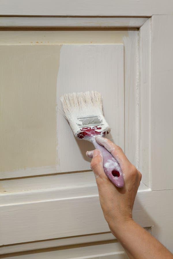Rénovation à la maison, peinture de porte photos libres de droits
