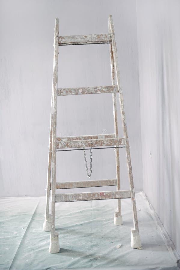 Rénovation d'un mur dans la chambre vide avec l'échelle photographie stock