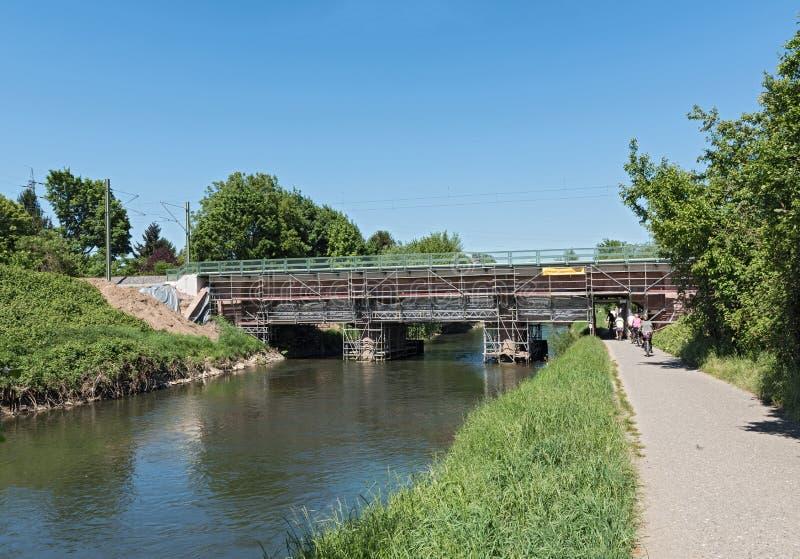Rénovation d'un vieux pont de chemin de fer au-dessus du nidda de rivière à Francfort sur Main, Allemagne photo libre de droits