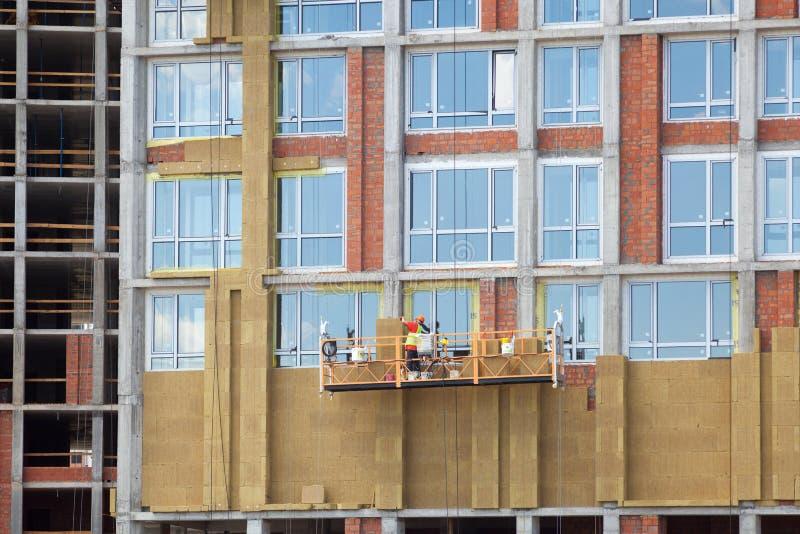 Rénovation de mur de rendement énergétique pour l'économie d'énergie Isolation thermique extérieure de mur de maison avec la lain images libres de droits
