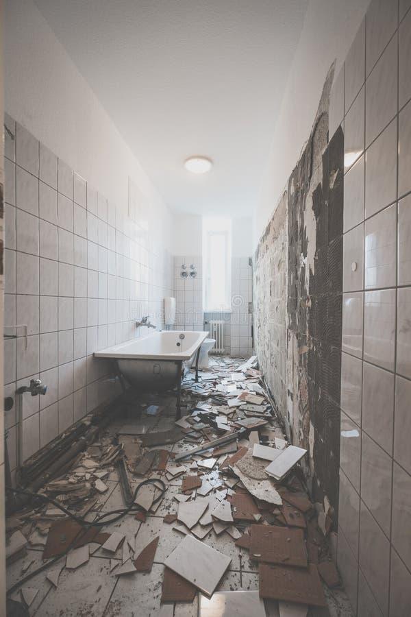 Rénovation de salle de bains - élimination des tuiles dans la vieille salle de bains d'appartement images stock