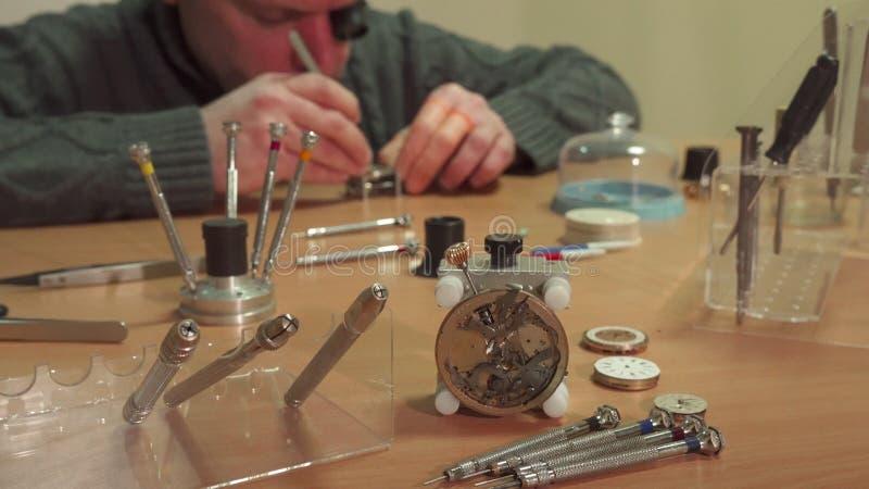 Répétiteur de repaires d'horloger photographie stock