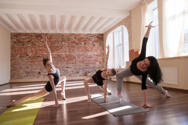 Répétition d'exercice de ballerines Sport pour des filles images stock