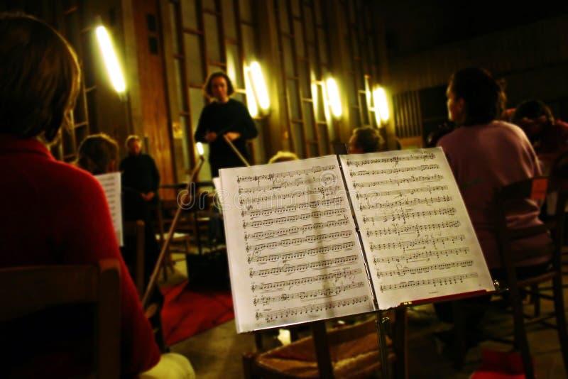 Répétition d'orchestre de musique classique images stock