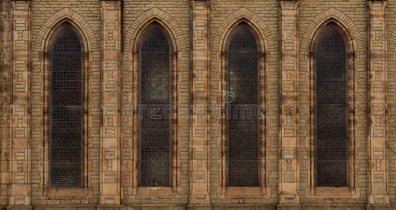 Répétition de la façade de l'église de pierre-brique en Angleterre avec les WI arqués photos stock