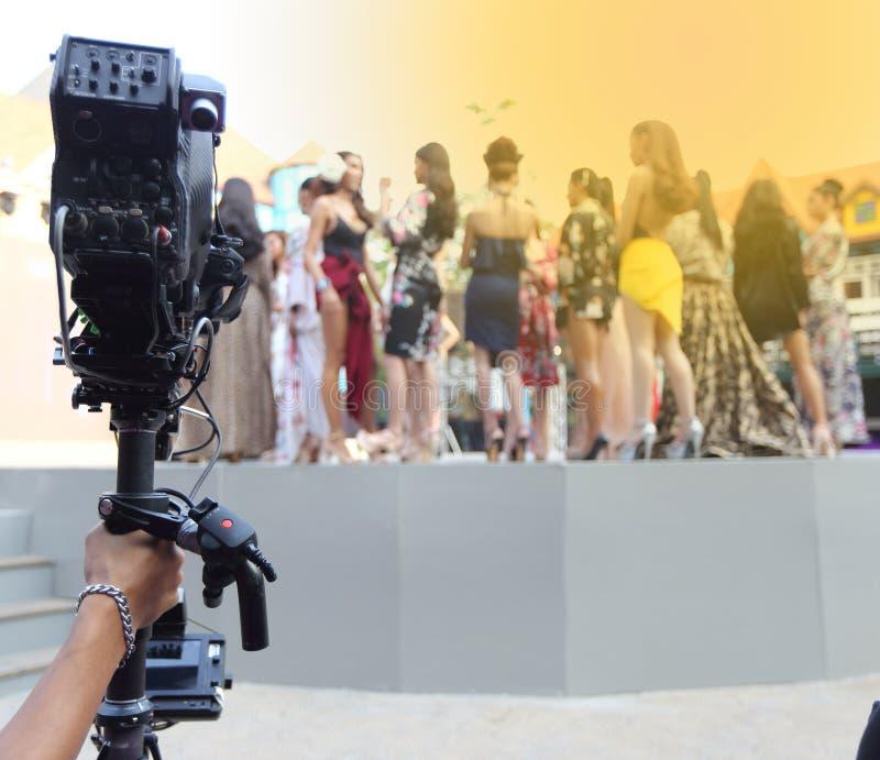 Répétition de Videographer sur la production extérieure de rampe de session finale images stock
