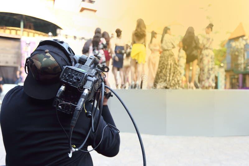 Répétition de Videographer sur la production extérieure de rampe de session finale photographie stock