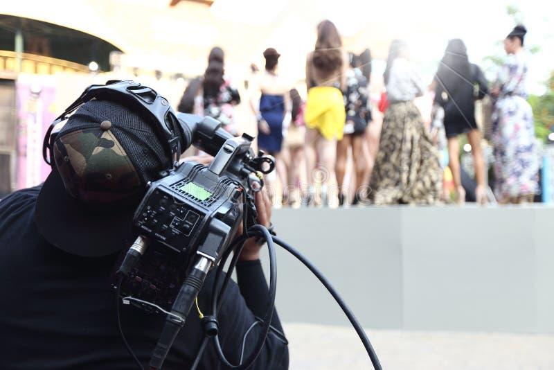 Répétition de Videographer sur la production extérieure de rampe de session finale photo stock
