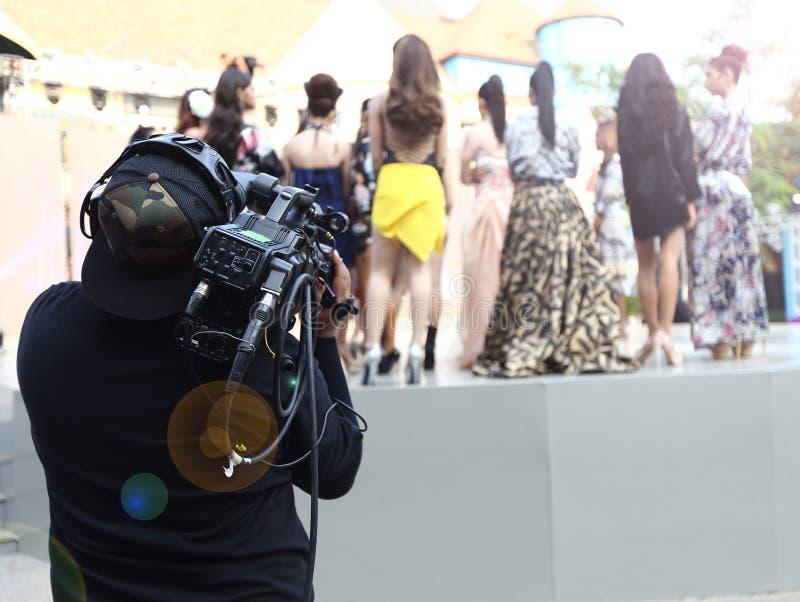 Répétition de Videographer sur la production extérieure de rampe de session finale photos stock
