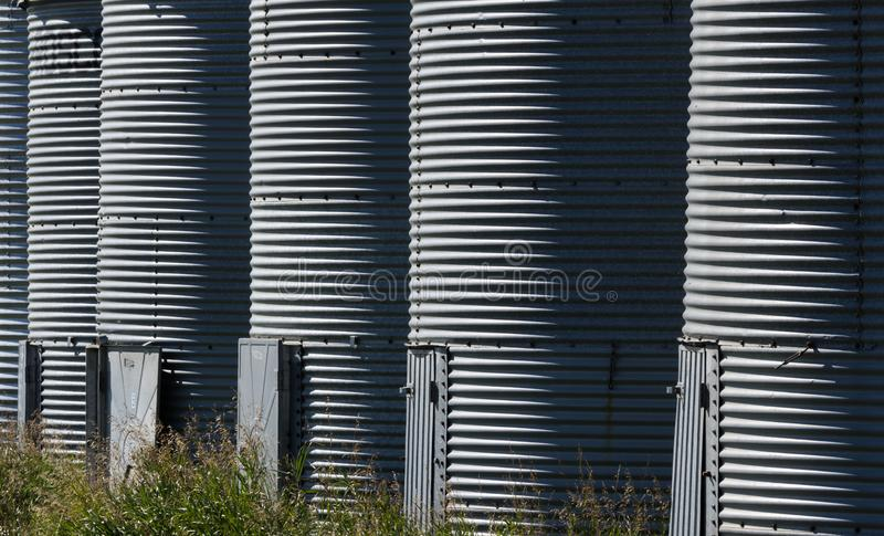 Répétition des nervures dans des poubelles de grain à une ferme photos libres de droits