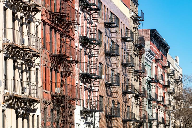 Répétition du modèle des sorties de secours sur de vieux bâtiments colorés à New York City photographie stock libre de droits