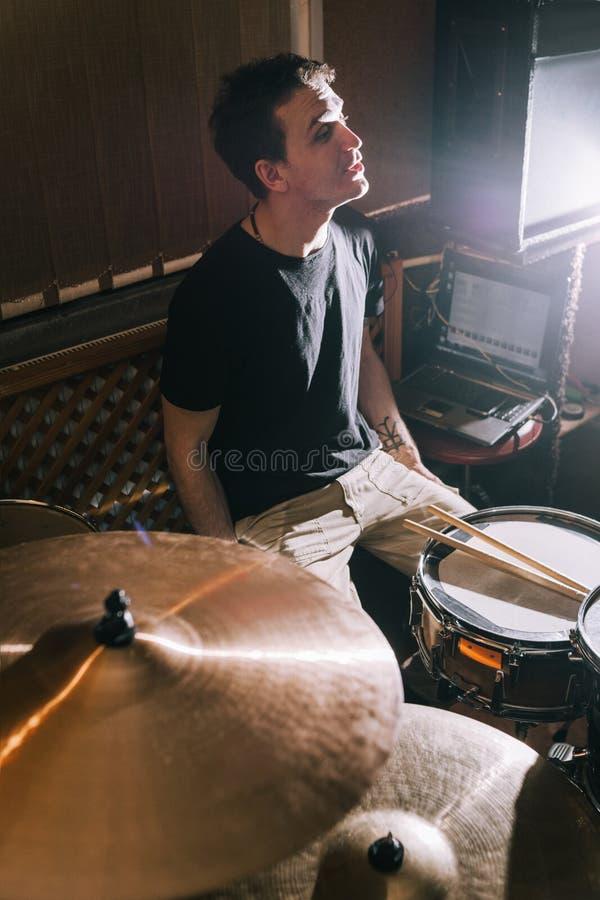 Répétition musicale Création de la nouvelle musique sur des tambours photographie stock