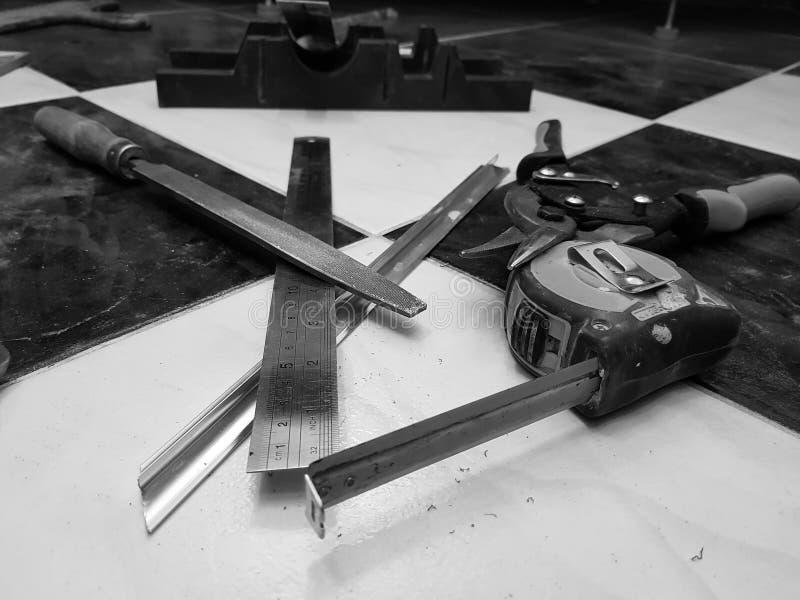 Réparation - bâtiment avec des outils, ruban métrique, ciseaux en métal, dossier, couteau en métal, crayon, couteau, règle images stock
