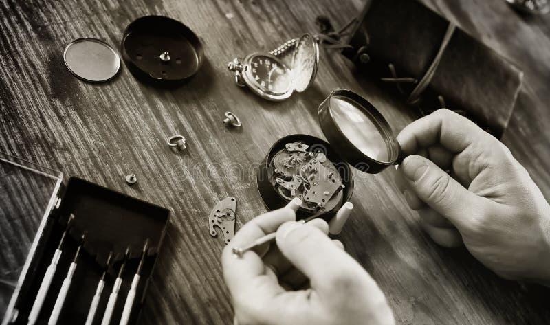 réparation d'horloge de montre images stock