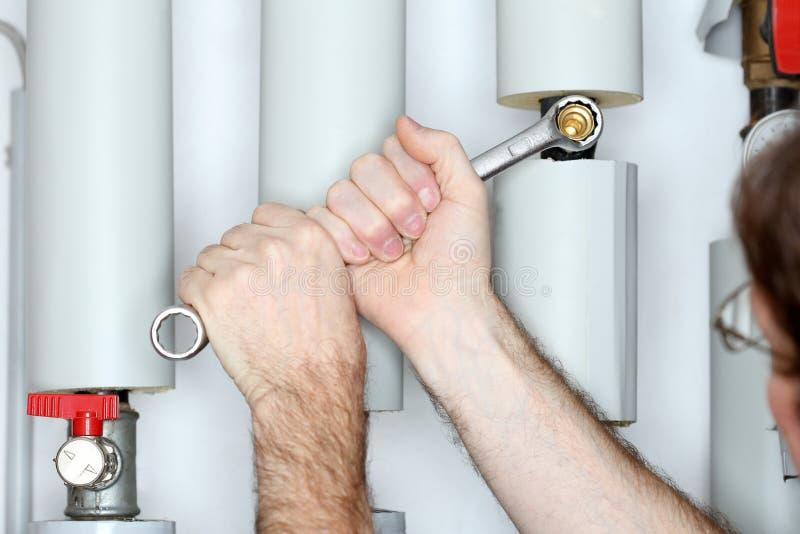 Réparation d'un dispositif avec une clé en métal photo stock