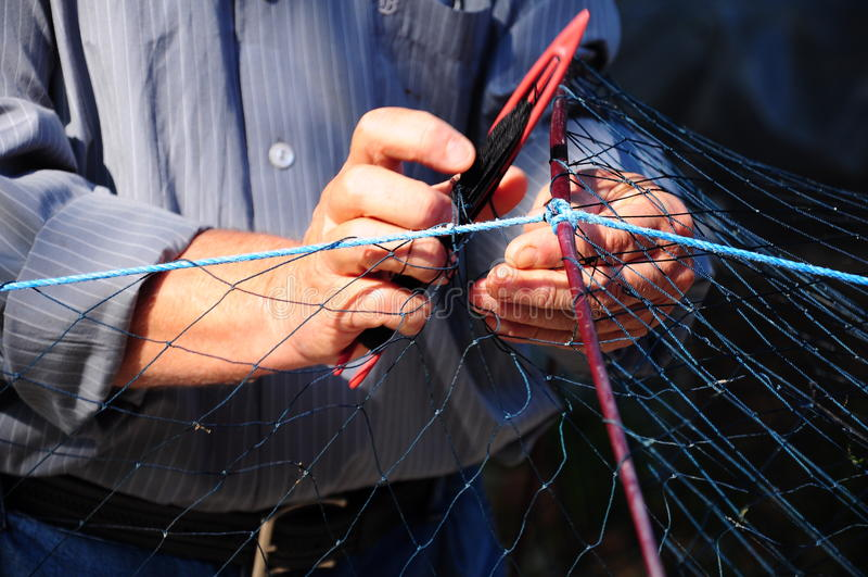 Réparation d'un filet de pêche images libres de droits