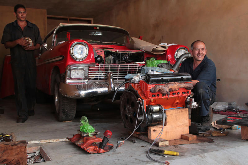 R paration d 39 une vieille voiture am ricaine classique dans - Combien un garage reprend une voiture ...