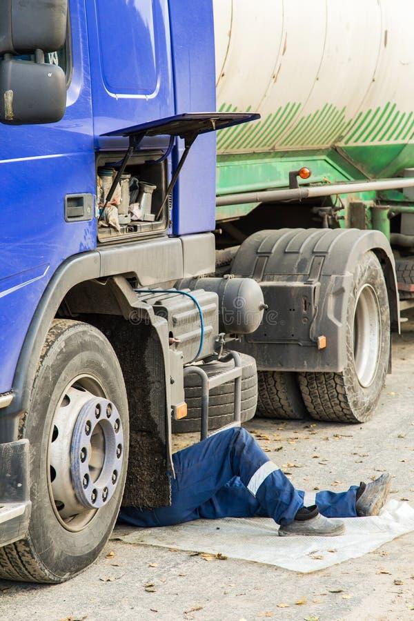 Réparation d'une voiture cassée de camion photographie stock