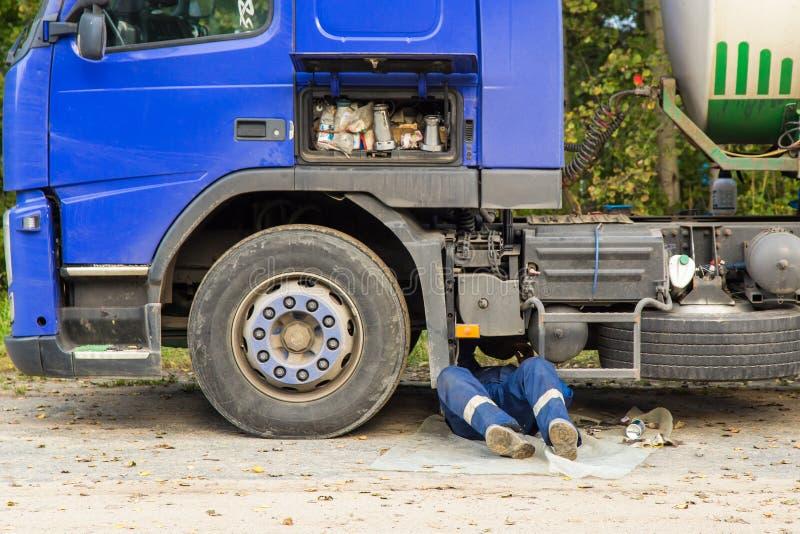 Réparation d'une voiture cassée de camion images stock
