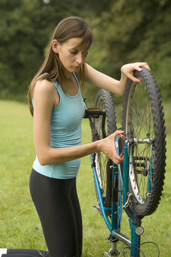 Réparation de bicyclette photos stock