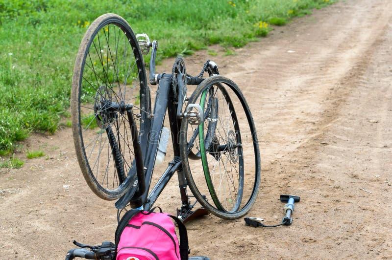 Réparation de bicyclette dans le domaine, piqûre de la caméra de vélo sur le chemin photos libres de droits