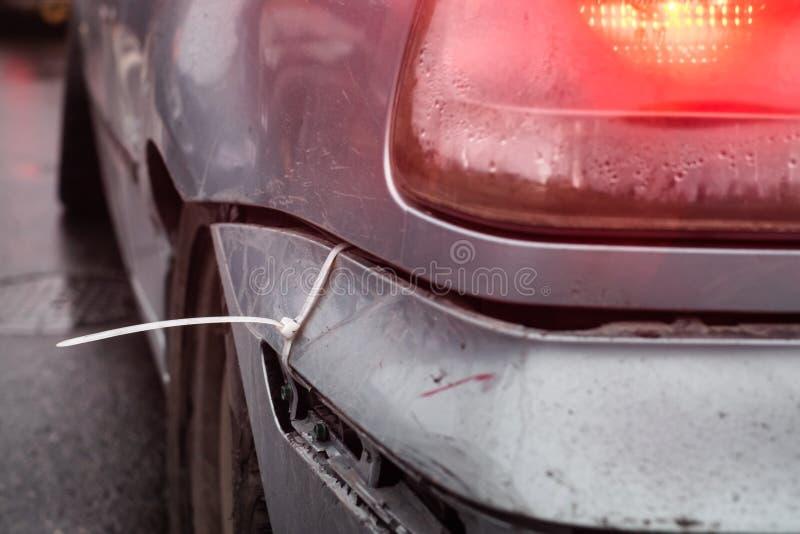 Réparation de butoir de voiture de lien de fermeture éclair photographie stock