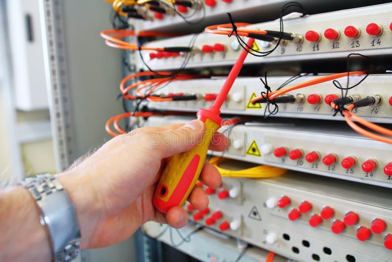 Réparation de commutateur optique de fibre optique industrielle de collecteur dans la chambre de serveur photographie stock libre de droits