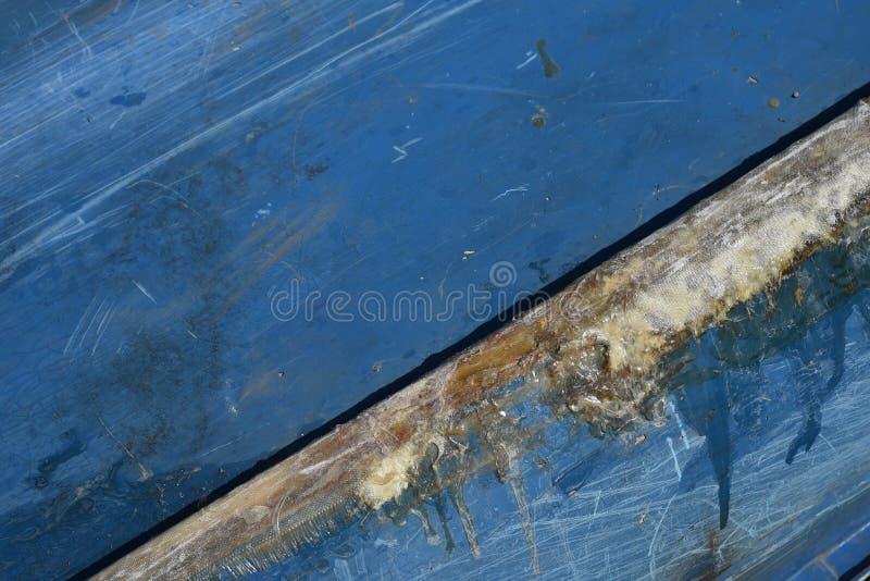 Réparation de fente de fibre de verre sur une coque bleue de bateau photos libres de droits