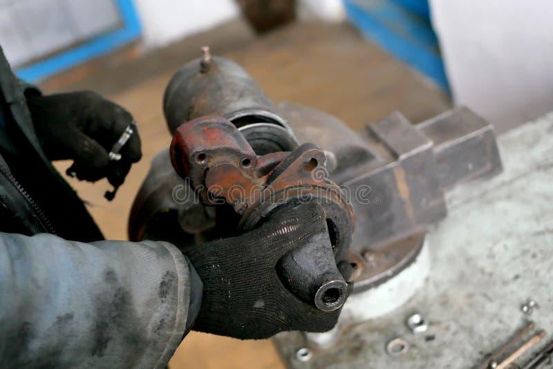 Réparation de générateur et de démarreur Atelier de réparations photos libres de droits