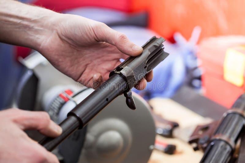 Réparation de la vieille mitraillette allemande MP-38 photo libre de droits