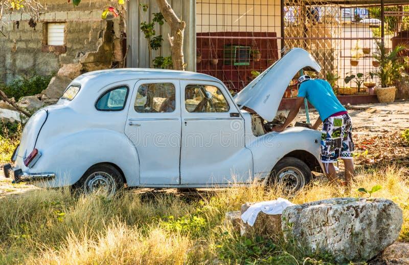 Réparation de la voiture au Cuba photos libres de droits
