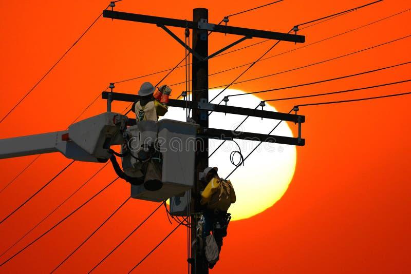 Réparation de ligne électrique images libres de droits