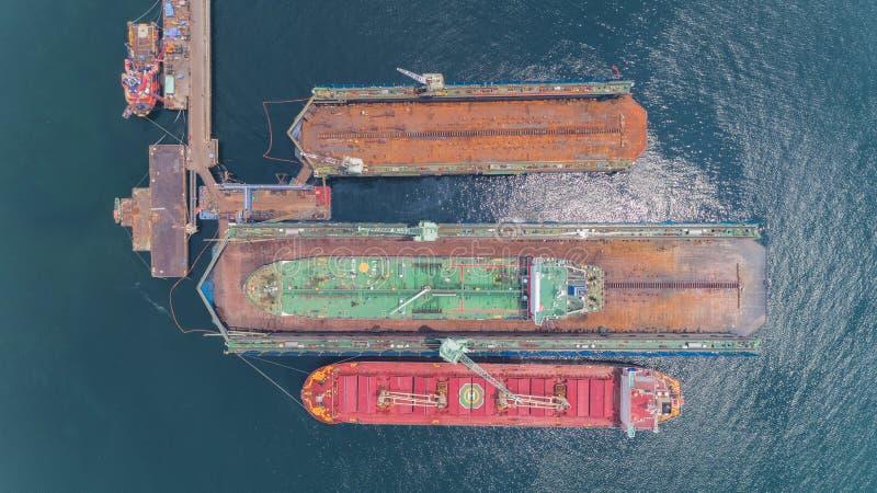 Réparation de navire-grue ou de bateau de pétrolier dans le chantier naval Peut employer pour le concept d'expédition ou de trans photos stock
