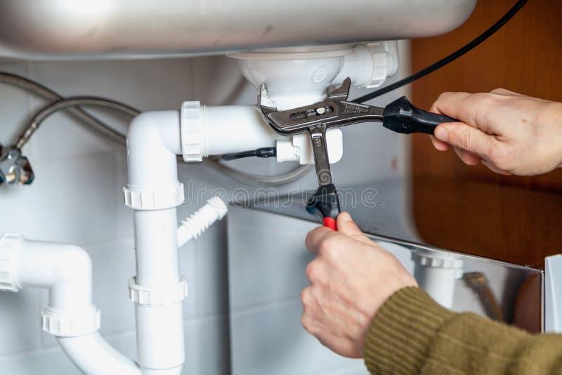 Réparation de plan rapproché de clé à tube de débordement de cuisine photos stock