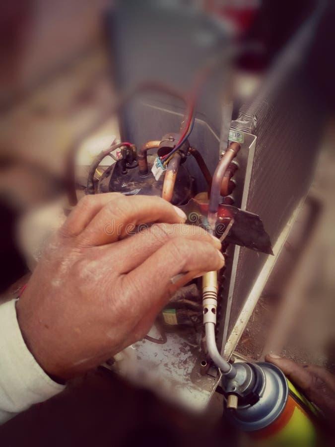 Réparation de réparateur à C.A. de C.A. images stock