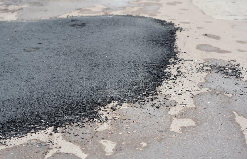 Réparation de route goudronnée Réparez le trottoir et étendre la méthode de raccordement de nouvel asphalte images libres de droits