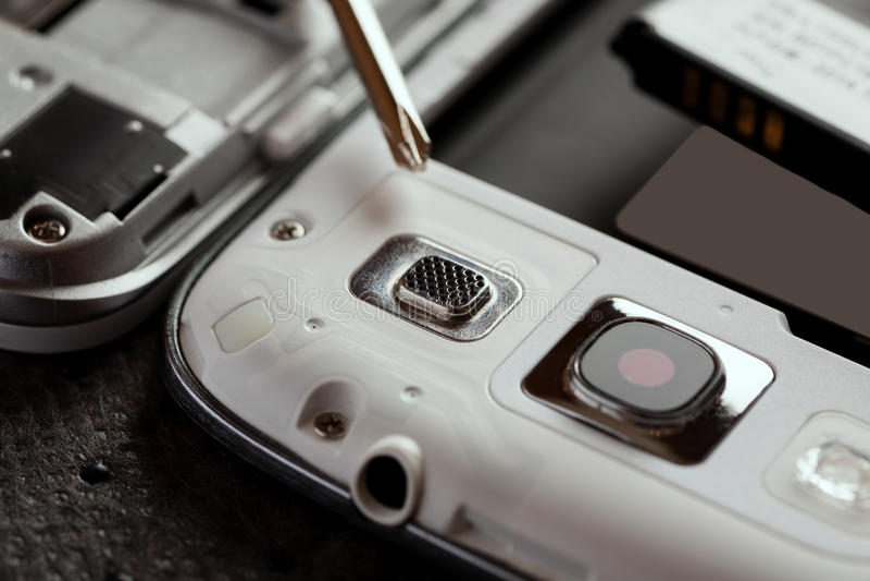 Réparation de téléphone portable et d'autres instruments images libres de droits
