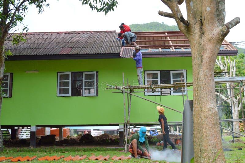 Download Réparation de toit photo éditorial. Image du extérieur - 76083111