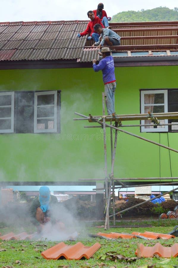 Download Réparation de toit photo éditorial. Image du développement - 76083156