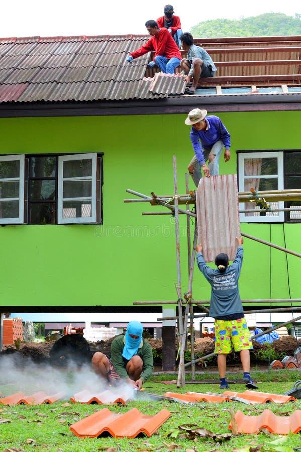 Download Réparation de toit image stock éditorial. Image du thaï - 76083189