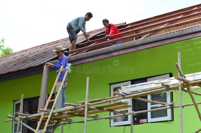 Download Réparation de toit photographie éditorial. Image du tuile - 76083227